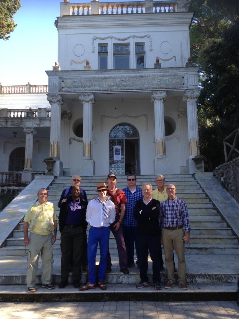 Tour-group-at-Villa-Lysis-Oscar-Wilde-Tours